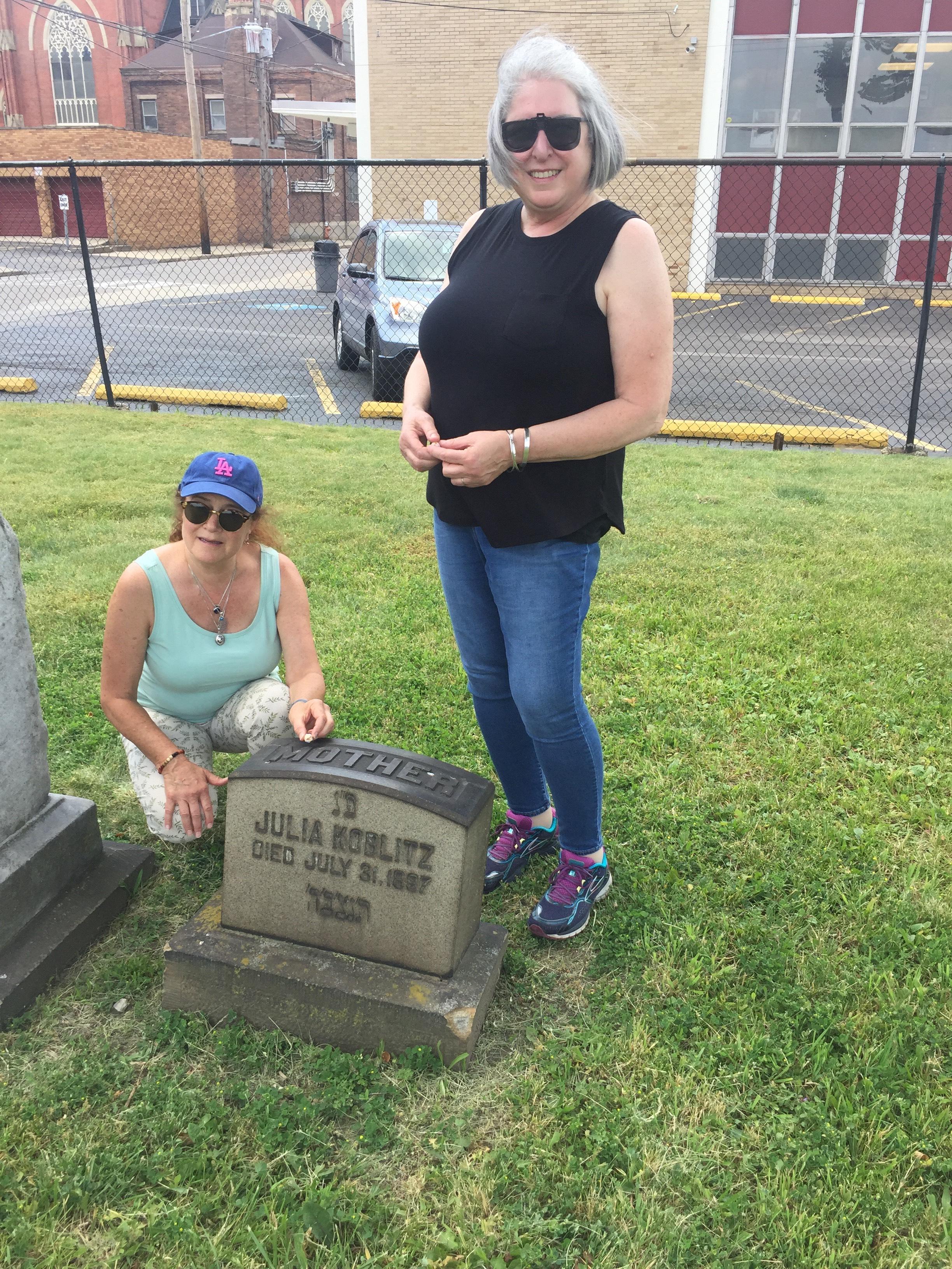 Karen (vlevo) na clevelandském hřbitově Baxter Cemetery.