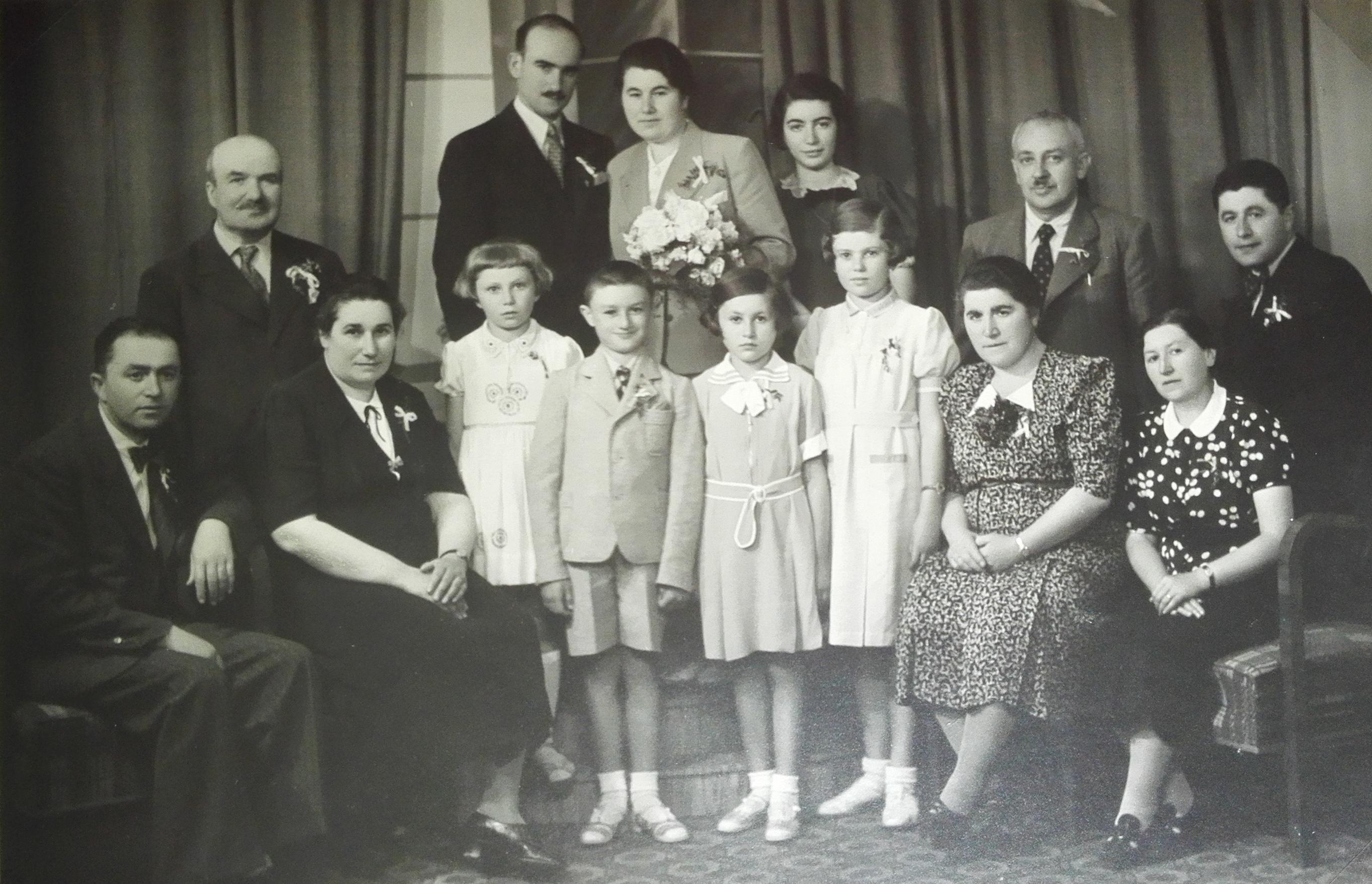 Svatební fotografie Jaroslava Lustiga s první manželkou Bohumilou. Vedle nevěsty stojí Zdeňka Ledererová, její otec Emil Lederer a (zřejmě) Ludvík Poláček.